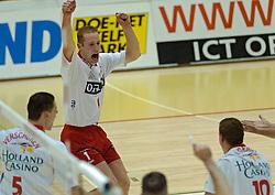 19-04-2005 VOLLEYBAL: ORTEC NESSELANDE-PIET ZOOMERS D: ROTTERDAM<br /> <br /> In de tweede finalewedstrijd tussen ORTEC.Nesselande en Piet Zoomers/D sloeg de thuisploeg vernietigend toe 3-0 / <br /> <br /> ©2005-WWW.FOTOHOOGENDOORN.NL