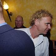 Uitreiking populariteitsprijs 2002, Wino Brouwer, vriend Gerard Joling