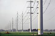 Nederland, the Netherlands, Terborg, 11-11-2020  Hoogspanningsmast . Een hoogspanningsleiding van netwerkbehheerder Tennet. Het gaat om een 380 kilovolt-leiding. De stroomkabels moeten de uitwisseling van met name groene stroom tussen Nederland en Duitsland bevorderen. Het gaat om dubbele masten van een nieuw ontwerp: iedere mast bestaat uit twee pylonen van zo'n 60 meter hoog. De leiding loopt van hoogspanningsstation Langerak naar het Duitse Wesel, een afstand van 57 kilometer. Daarvan ligt 22,5 kilometer op Nederlands grondgebied.Foto: ANP/ Hollandse Hoogte/ Flip Franssen