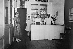 Reprodução de foto do Museu do Imigrante, em São Leopoldo mostra a confeitaria de Armindo e Josepha Eggers que situava-se na rua da Independência nº 379, no mesmo prédio da antiga fábrica de chapéus a vapor de Guilherme Eggers. FOTO: Lucas Uebel/Preview.com