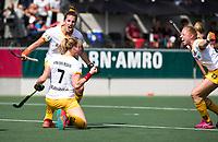 AMSTELVEEN - Ireen van den Assem (Den Bosch) scoort tijdens de finale van de play-offs om de landtitel in het Wagener stadion, tussen Amsterdam en Den Bosch.   links Frederique Matla (Den Bosch) , rechts Margot van Geffen (Den Bosch) .  COPYRIGHT KOEN SUYK