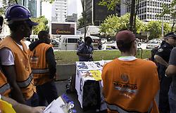 September 1, 2017 - Funcionários da prefeitura realizam operação de combate ao comércio irregular na tarde desta sexta-feira (01), na Avenida Paulista, região central da cidade. De acordo com a equipe, o limite máximo de ''bancas'' permitidas na avenida é de 50. (Credit Image: © Bruno Rocha/Fotoarena via ZUMA Press)