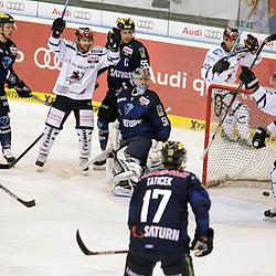 Tor zum 3:1 durch 42 Boris Blank (Spieler Iserlohn Roosters) <br /> mit auf dem Bild 51 Timo Pielmeier (Torwart ERC Ingolstadt), 17 Petr Taticek (Spieler ERC Ingolstadt), 5 Fabio Wagner (Spieler ERC Ingolstadt), 61 Chad Bassen (Spieler Iserlohn Roosters) beim Spiel in der DEL, ERC Ingolstadt (blau) - Iserlohn Roosters (weiss).<br /> <br /> Foto © PIX-Sportfotos *** Foto ist honorarpflichtig! *** Auf Anfrage in hoeherer Qualitaet/Aufloesung. Belegexemplar erbeten. Veroeffentlichung ausschliesslich fuer journalistisch-publizistische Zwecke. For editorial use only.