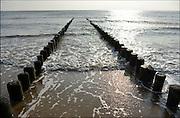 Nederland, Dishoek, Walcheren, Zeeland, 13-9-2014 Kust langs de Noordzee. Strand met houten palen die als golfbreker dienen.Foto: Flip Franssen/Hollandse Hoogte