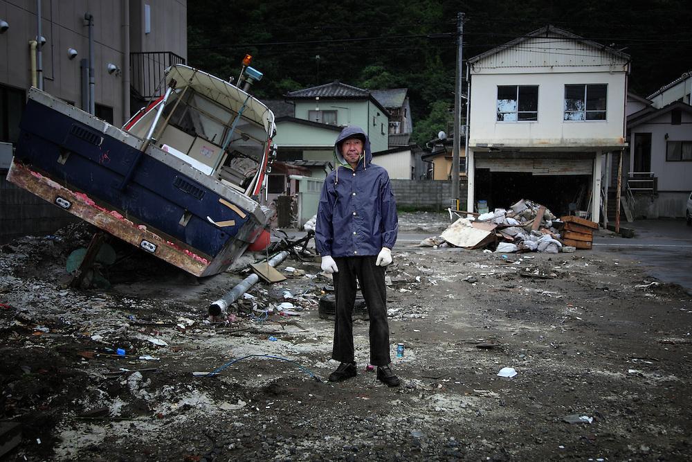 Le 11 mars, Yasushi Kawanobe sest réfugié sur les hauteurs proches du centre ville. Limmeuble où il vit fut noyé sur le premier niveau mais son appartement fut épargné. Après le retrait des eaux, il est rentré chez lui et seul le sol était humide. Seulement, toute alimentation électrique et tout approvisionnement alimentaire était impossible. Il est resté chez lui pendant une semaine sans pouvoir se ravitailler. .Chaque jour, Yasushi parcours la ville pour constater encore ou offrir son aide à ceux qui le désirent. Les bateaux séparpillent dans les rues dIshinomaki, parfois à plusieurs centaines de mètre de la rivière.