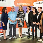 NLD/Utrecht/20190909 - Máxima aanwezig bij congres 'Kom uit je schuld', Groepsportret Koningin Máxima, staatssecretaris Van Ark en de schuldenambassadeurs van de campagne