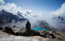 """THEMENBILD - Wanderer überhalb der Ortschaft Gokyo am gleichnamigen See an dem der größte Gletscherfluss Nepals, der Ngozumpa-Gletscher, vorbei fließst. Wanderung im Sagarmatha National Park in Nepal, in dem sich auch sein Namensgeber, der Mount Everest, befinden. In Nepali heißt der Everest Sagarmatha, was übersetzt """"Stirn des Himmels"""" bedeutet. Die Wanderung führte von Lukla über Namche Bazar und Gokyo bis ins Everest Base Camp und zum Gipfel des 6189m hohen Island Peak. Aufgenommen am 15.05.2018 in Nepal // Trekkingtour in the Sagarmatha National Park. Nepal on 2018/05/15. EXPA Pictures © 2018, PhotoCredit: EXPA/ Michael Gruber"""