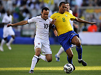 Fotball<br /> USA v Brasil<br /> Foto: DPPI/Digitalsport<br /> NORWAY ONLY<br /> <br /> FOOTBALL - CONFEDERATIONS NATIONS CUP 2009 - GROUP B - 1ST ROUND - USA v BRAZIL - 18/06/2009 <br /> <br /> LANDON DONAVAN (USA) / GILBERTO SILVA (BRA)