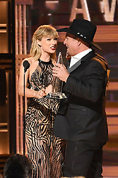 Taylor Swift, Garth Brooks bei den 50. Country Music Awards in Nashville / 021116<br /> <br /> *** Country Music Awards 2016, Nashville, USA, November 2, 2016 ***