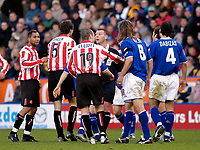 Fotball<br /> England 2004/2005<br /> Foto: SBI/Digitalsport<br /> NORWAY ONLY<br /> <br /> <br /> Leicester City v Sunderland<br /> Coca Cola Championship. 13/11/2004.<br /> <br /> Referee C Penton (C) steps in to calm down tempers after Lilan Nalis (#8) was involved in an altercation with Sunderland's Gary Breen (#5).