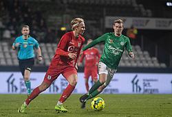 Carl Lange (FC Helsingør) følges af Frederik Brandhof (Viborg FF) under kampen i 1. Division mellem Viborg FF og FC Helsingør den 30. oktober 2020 på Energi Viborg Arena (Foto: Claus Birch).