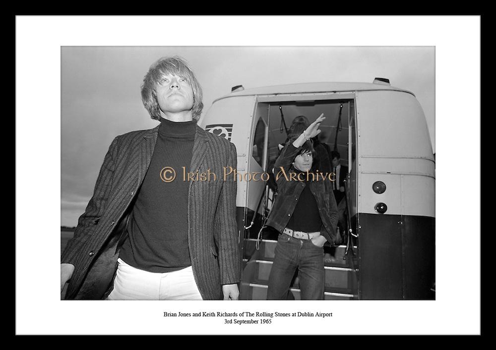 Brian Jones og Keith Richards fra The Rolling Stones ankommer Dublin lufthavn 1965, for deres.turne i Irland.