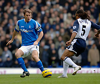Photo: Daniel Hambury.<br />Tottenham Hotspur v Birmingham City. The Barclays Premiership. 26/12/2005.<br />Tottenham's Edgar Davids (R) and Birmingham's Kenny Cunningham battle.