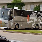 NLD/Noordwijk/20050525 - Aankomst spelers Nederlands voetbal elftal in Huis ter Duin Noordwijk, officiele spelersbus KNVB