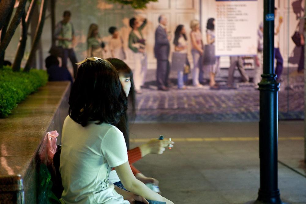 Zwei Teenager rauchen am frühen Abend in der Naehe des Express Bus Terminals im Zentrum der koreanischen Metropole.<br /> <br /> Two teenagers smoking during an early evening close to the Express Bus Terminal in the center of the Korean metropolis Seoul.