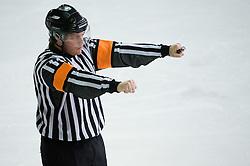 Znak za zaustavljanje s palico. Nalet s palico. Cross checking. Slovenski hokejski sodnik Damir Rakovic predstavlja sodniske znake. Na Bledu, 15. marec 2009. (Photo by Vid Ponikvar / Sportida)