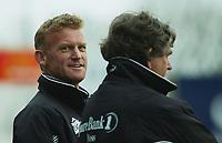 Assistenttrener Erland Johnsen, Moss. Trener Erik Brakstad, Moss i forgrunnen. Fotball: Moss - Sogndal. Tippeligaen 2002. Melløs, Moss. 14. april 2002. (Foto: Peter Tubaas/Digitalsport)