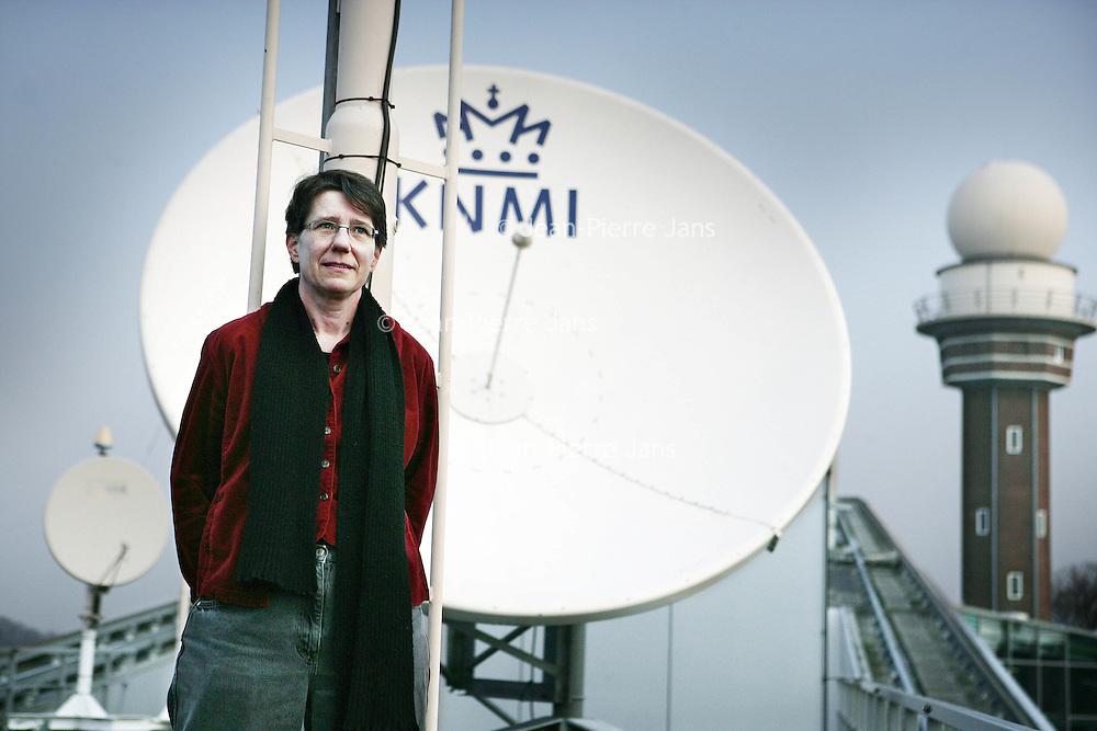 Nederland,De Bilt ,20 februari 2008..Anne Weber op het dak van de KNMI.