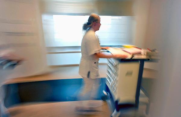 Nederland, Boxmeer, 22-4-2011Verpleegkundige loopt met een medicijnkar door het nieuwe Maasziekenhuis.Foto: Flip Franssen