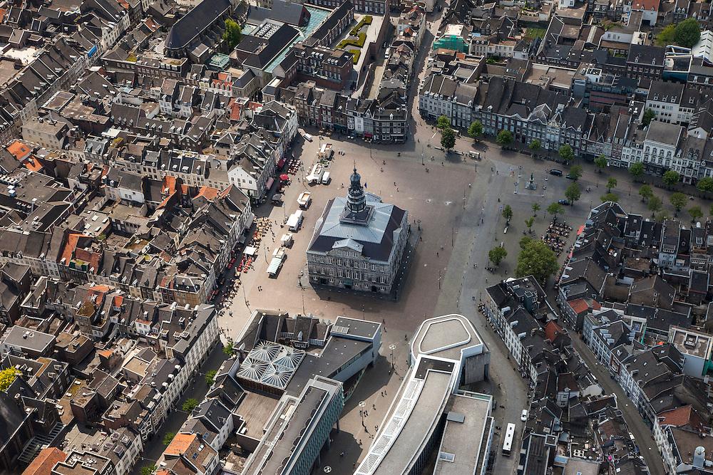 Nederland, Limburg, Gemeente Maastricht, 27-05-2013; Beneden in beeld  het stadhuis op de Markt in het historische centrum van Maastricht en rechtsbeneden winkelgebied Mosae Forum (architecten Jo Coenen en Bruno Albert ) .<br /> Mosae Forum shopping (architects Jo Coenen en Bruno Albert )  and the town hall on the Markt (market square) in the historic center of Maastricht.<br /> luchtfoto (toeslag op standaardtarieven);<br /> aerial photo (additional fee required);<br /> copyright foto/photo Siebe Swart.