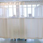 Nederland Rotterdam  25-08-2009 20090825 Foto: David Rozing .Serie over zorgsector, Ikazia Ziekenhuis Rotterdam. ..Foto: David Rozing Serie over zorgsector, Ikazia Ziekenhuis Rotterdam. Een verpleegkundige controleert een patient op de recoveryroom, dit is een zaal waar patienten na een operatie verzorgd worden. Patient is being checked by doctor, in recovery room, where people are looked after, after surgery. ziekenzaal, op zaal liggen Holland, The Netherlands, dutch, Pays Bas, Europe, professionele, professional, steriel, steriele omgeving, werkkleding, kledingvoorschriften, , genezen, genezing, ziekte bestrijding bestrijden, ernstig ziek zijn, ..Foto: David Rozing..Holland, The Netherlands, dutch, Pays Bas, Europe, ronde doen, routine verpleegkundigen, op zaal liggen, behandelplan, treatment,.,ziektekosten,zorgverlener, zorgverleners,zorgverlening, achter gordijnen, overzicht, general view,verpleegster, verpleegsters, verpleger, verplegers, verplegend, status