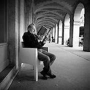 Paris - Place des Vosges - Juin 2012 - Un galeriste patiente en lecture.