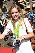 Medaillewinnaars van de Olympische Zomerspelen 2016 vertrekken per fiets van het Binnenhof voor een ontvangst op Paleis Noordeinde. <br /> <br /> op de foto:  Anna van der Breggen, goud bij de wegwedstrijd vrouwen