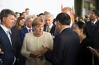 DEU, Deutschland, Germany, Berlin, 10.07.2018: V.l.n.r. BMW-Chef Harald Krüger, Bundeskanzlerin Dr. Angela Merkel (CDU), Li Keqiang, Ministerpräsident von China, während einer Präsentation zum autonomen Fahren im Flughafen Tempelhof.