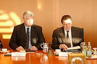 16 JAN 2002, BERLIN/GERMANY:<br /> Bodo Hombach (L), Sonderkoordinator des Stabilitaetspaktes a.D., und Gerhard Schroeder (R), SPD, Bundeskanzler, vor Beginn der Kabinettsitzung, Bundeskanzleramt<br /> IMAGE: 20020116-01-016<br /> KEYWORDS: Kabinett, Sitzung, Gerhard Schröder