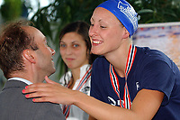 Svømming NM langbane 2006 Trondheim<br /> Anne- Mari Gulbrandsen sate ny norsk rekord på 100 m bryst, Trond Giske deler ut medaljene <br /> Foto: Carl-Erik Eriksson, Digitalsport