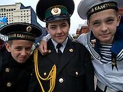 Kinder in Uniformen am Roten Platz am Tag der großen Siegerparade.<br /> <br /> Children in uniforms during the day of the Victory Parade in Moscow.