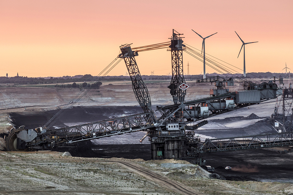 Juechen, DEU, 05.07.2018<br /> <br /> Schaufelradbagger im Tagebau Garzweiler II. Der von der RWE Power AG betriebene Braunkohletagebau Garzweiler erstreckt sich im Rheinischen Braunkohlerevier zwischen den Staedten Bedburg, Grevenbroich, Juechen, Erkelenz und Moenchengladbach. <br /> <br /> The Garzweiler open-cast lignite mine operated by RWE Power AG extends in the Rhenish lignite district  in the westernmost part of Germany between the cities of Bedburg, Grevenbroich, Juechen, Erkelenz and Moenchengladbach.<br /> <br /> Foto: Bernd Lauter/berndlauter.com