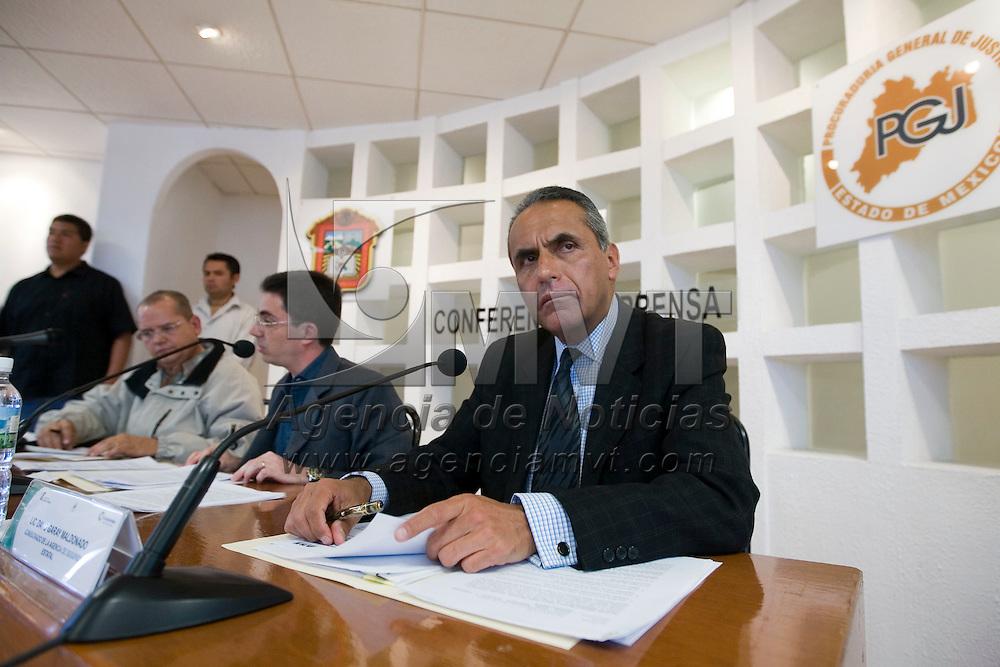 Toluca, Mex.- En conferencia de prensa conjunta el procurador de justicia Alberto Bazbaz Sacal y el comisionado de la Agencia de Seguridad Estatal (ASE), David Garay Maldonado, presentaron a los integrantes de una banda de secuestradores que estan vinculados con el grupo delictivo denominado La familia Michoacana. Agencia MVT / Mario Vázquez de la Torre. (DIGITAL)<br /> <br /> NO ARCHIVAR - NO ARCHIVE