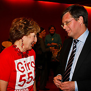 NLD/Hilversum/20100121 - Benefietactie voor het door een aardbeving getroffen Haiti, Jan Peter Balkenende in gesprek met prinses Margriet