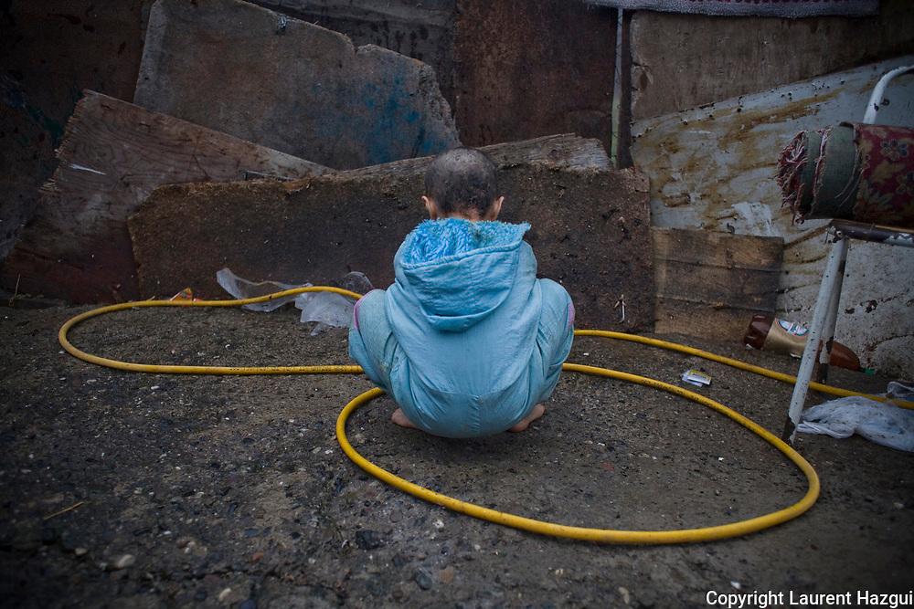 30112008. Enclave serbe de Mitrovica Nord. Camp Rrom de Cesmin Lug. La communauté Rrom du Kosovo est la 2ème minorité du territoire et, à l'image des autes minorités, est oubliée. Pourtant sa situation empire alors que dans le pays la communauté est sédentaire, qu'elle vivait dans des maisons et travaillait avant la guerre, notamment dans le quartier de Mahala détruit pas les Albanais et qui commence à être reconstruit. La collaboration de certains Rroms avec les Serbes pendant la guerre a engendré le rejet et la haine de la communauté albanaise de Mitrovica.