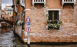 THEMENBILD - Venezianische Häuserfront am Canal Grande mit Verkehrszeichen, aufgenommen am 04. Oktober 2019 in Venedig, Italien // Venetian house front at the Canal Grande with traffic signs in Venice, Italy on 2019/10/04. EXPA Pictures © 2019, PhotoCredit: EXPA/ JFK