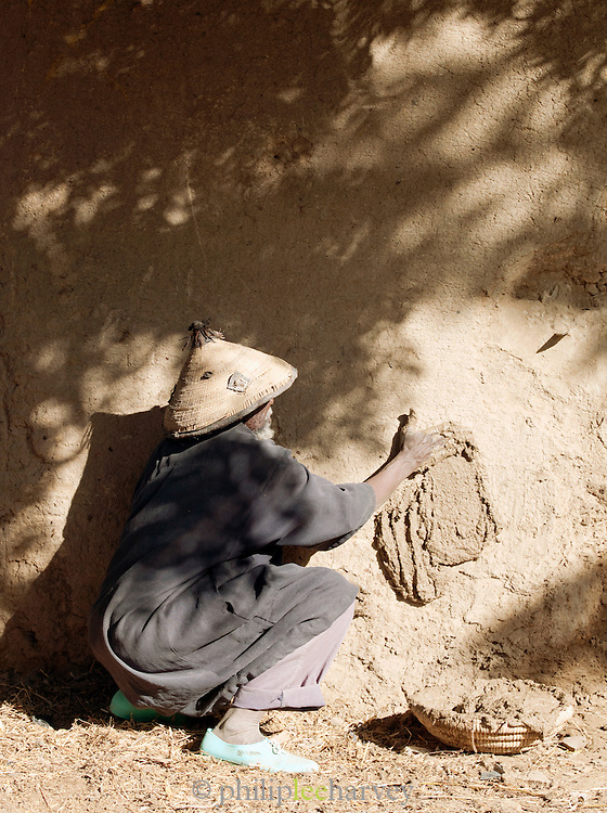 A master mason, well known for his skill in building using mud, in Djenné, Mali