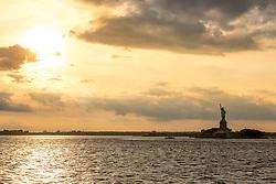 THEMENBILD - Eine der bekanntesten und beliebtesten Touristenattraktionen in New York ist die Staten Island Ferry, die zwischen der Suedspitze Manhattans und Staten Island pendelt, im Bild die Freiheitsstatue im Sonnenuntergang, Aufgenommen am 09. August 2016 auf der Staten Island Ferry // One of the best-known and most popular tourist attractions is the Staten Island Ferry, which runs between Manhattan and Staten Island. This picture shows the Statue of Liberty at sunset, New York City, United States on 2016/08/09. EXPA Pictures © 2016, PhotoCredit: EXPA/ Sebastian Pucher