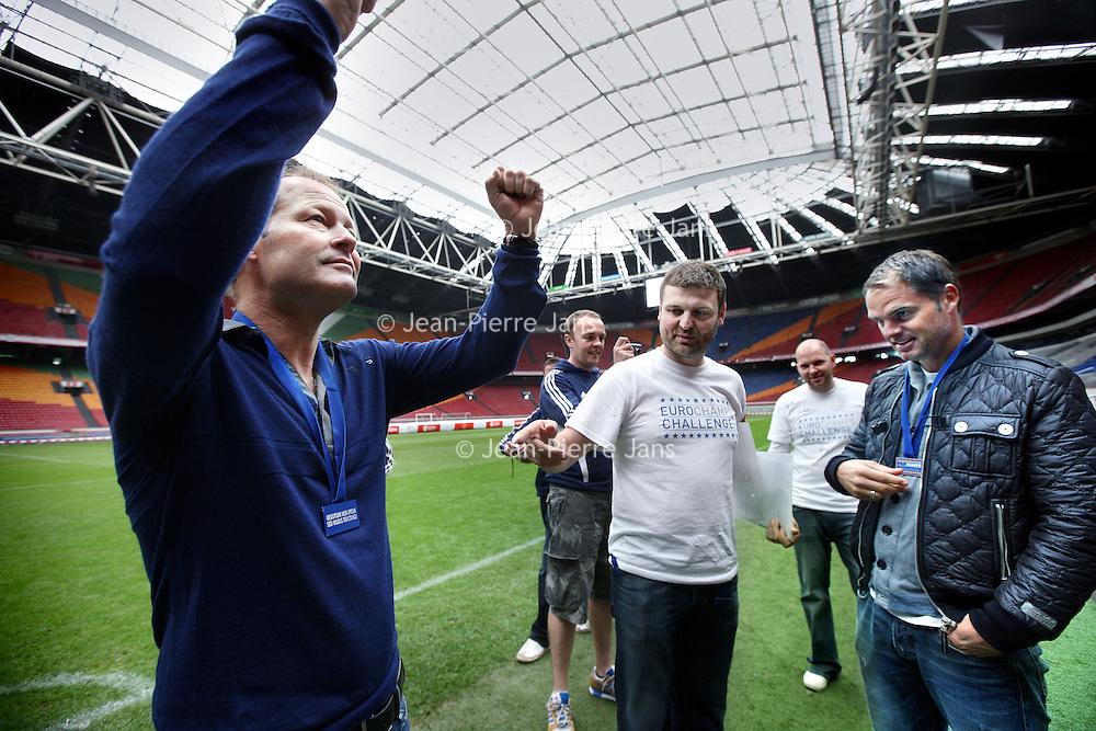"""Nederland, Amsterdam , 17 mei 2011.21 Europese topclubs waaronder Ajax, Feyenoord en PSV doen mee aan de missie van  EuroChampsChallenge. Het doel van EuroChampsChallenge bestaat uit twee delen, het eerste is een om binnen twee wekentijd elk stadion te bezoeken van alle 21 winnende teams die ooit de Europa Cup hebben gewonnen. Het tweede doel is om een speler van het winnende team te fotograferen. De reis begint op 15 mei in Glasgow Schotland en eindigt op 28 mei 2011in Wembley Engeland, de dag van het Europees Kampioenschap 2011..De EuroChampsChallenge initiatief is gestart om aandacht te vragen voor Changing Faces en Sick Kids Hospital in Edinburgh.  Twee goede doelen die zich inzetten voor zieke kinderen in Schotland. .Robin Blacklock is de initiatiefnemer van de EuroChampsChallenge, Blacklock: """"Het initiatiefgroeit enorm in populariteit in Groot Brittannië, het is de droom van elke voetballiefhebber om gedurende 2 weken het stadion van alle Europa Cup winnende teams af te bezoeken om vervolgens voetballegendes te mogen fotograferen."""".EuroChampsChallenge heeft inmiddels veel medewerking gekregen van grote sponsoren. Zo hebben zij gedurende de tour een auto ter beschikking gekregen, hotel overnachtingen en veel sponsormateriaal. Blacklock: """"met dit alles hopen we£ 100 000 te kunnen inzamelen voor het einde van 2011. We hebben inmiddels al £35 000 ingezameld en we moeten nog beginnen."""" .Om hem bij te staan in zijn missie heeft  Blacklock  hulp gevraagd van 6 vrienden waarvan een Dougall MacArthur de als expat gevestigd  Schot in Amsterdam. MacArthur heeft de betrokkenheid kunnen bewerkstelligen van in Nederland gevestigde bedrijven en o.a. de drie Nederlandsetop clubs. Inmiddels hebben de leden van de EuroChampsChallenge ook contact met  de Nederlander Thomas Rensen(31 wedstrijden in 31 dagen)..Op de foto in het midden Robin Blacklock met enkele vrienden en rechts Frank de boer en links Danny Blind.Foto:Jean-Pierre Jans"""