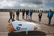 Teamleden kijken naar de VeloX2 die voor het eerst zonder leren bescherming is te zien. Het Human Powered Team Delft en Amsterdam traint op de testbaan van de RDW in Lelystad.<br />