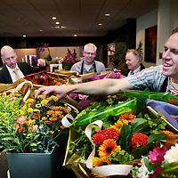 Nederland, Maastricht, 9 juni 2015.<br /> Vanwege al het gedoe rond de ov-aanbesteding in Limburg, steekt vervoerder Veolia het eigen personeel een hart onder de riem. Alle 1200 medewerkers krijgen morgen een bos bloemen thuisbezorgd. Bloemisten van de Fleurop in Limburg zijn nu razenddruk met die mega-opdracht. Veolia Limburg-directeur Ben Dwars gaat vanmiddag (hij is er om half vijf) effe bij een bloemist in Maastricht poolshoogte nemen, samen met een Veolia collega<br /> Op de foto:Ben Dwars (2e v links) in gesprek met bloemist Ger Viegen.<br /> Verder bloemisten Peter Cauberg en Edwin Smeets en 2e van rechts Mat Moenen (collega Veolia)<br /> Foto: Jean-Pierre Jans
