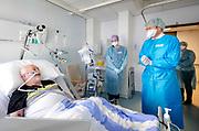 DIRKSLAND, 13-04-2021 ,Van Weel-Bethesda ziekenhuis<br /> <br /> Koning Willem Alexandertijdens een werkbezoek aan Het Van Weel-Bethesda Ziekenhuis in Dirksland in het kader van de gevolgen van de coronapandemie op de ziekenhuiszorg. Ruim een jaar geleden werden de ziekenhuizen geconfronteerd met de opkomst van COVID-19.FOTO: Brunopress/POOL/Robin van Lonkhuijsen
