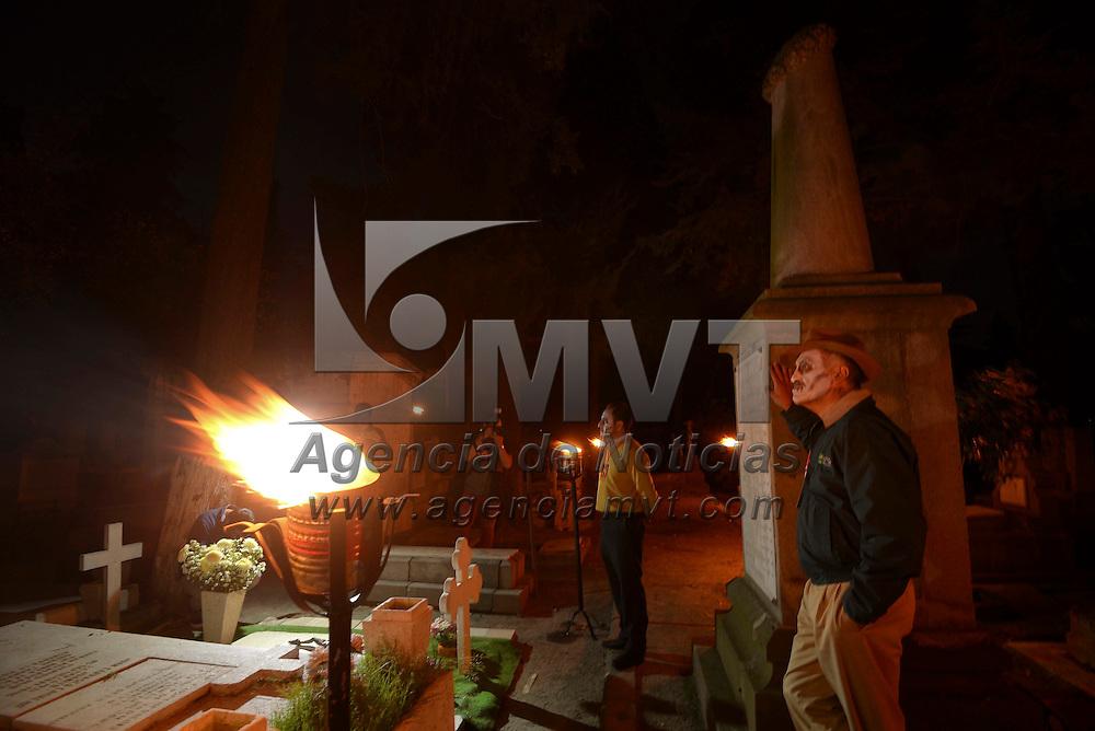 Toluca, México (Octubre 24, 2016).- Como parte de las actividades del Festival del Alfeñique iniciaron los recorridos nocturnos en el Panteón de la Soledad, en donde los visitantes podran conocer las leyendas de algunas de las tumbas más representativas del lugar. Agencia MVT / Crisanta Espinosa