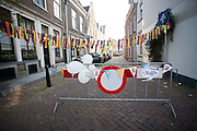Een straat in Utrecht is afgezet vanwege een buurtfeest.<br /> <br /> A crush barrier is blocking a street for a party.