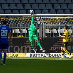 Viel zu tun: Roman Buerki (Borussia Dortmund, #1); 1. Fussball-Bundesliga; Borussia Dortmund - TSG Hoffenheim am 27.06.2020 im Signal-Iduna-Park in Dormund (Nordrhein-Westfalen). <br /> <br /> FOTO: BEAUTIFUL SPORTS/WUNDERL/POOL/PIX-Sportfotos<br /> <br /> DFL REGULATIONS PROHIBIT ANY USE OF PHOTOGRAPHS AS IMAGE SEQUENCES AND/OR QUASI-VIDEO. <br /> <br /> EDITORIAL USE OLNY.<br /> National and<br /> international NewsAgencies OUT.<br /> <br /> <br /> <br /> Foto © PIX-Sportfotos *** Foto ist honorarpflichtig! *** Auf Anfrage in hoeherer Qualitaet/Aufloesung. Belegexemplar erbeten. Veroeffentlichung ausschliesslich fuer journalistisch-publizistische Zwecke. For editorial use only. DFL regulations prohibit any use of photographs as image sequences and/or quasi-video.