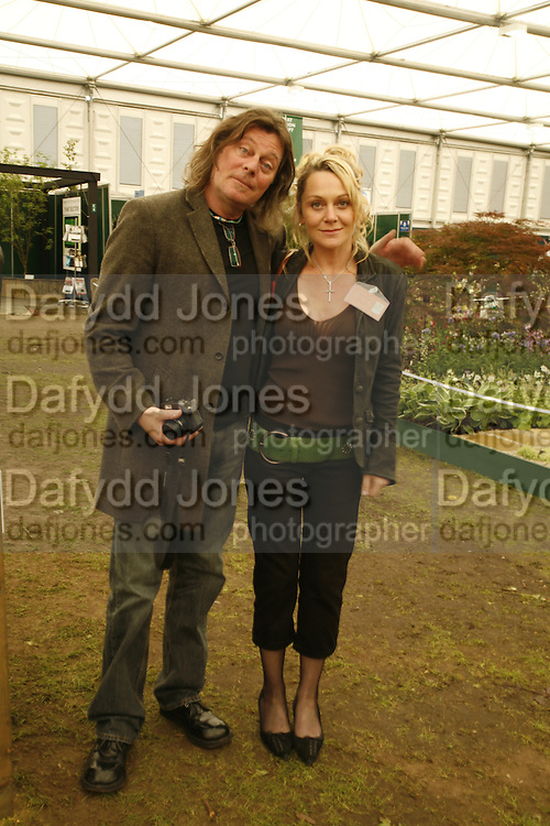 DAVE SPINX AND LOUISE COLLINS, Press Preview of the RHS Chelsea Flower Show sponsored by Saga Insurance Services. Royal Hospital Rd. London. 22 May 2006. ONE TIME USE ONLY - DO NOT ARCHIVE  © Copyright Photograph by Dafydd Jones 66 Stockwell Park Rd. London SW9 0DA Tel 020 7733 0108 www.dafjones.com