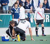 AMSTELVEEN - Blessure bij Valentin Verga (Amsterdam)     tijdens   hoofdklasse hockeywedstrijd mannen,  AMSTERDAM-PINOKE (1-3) , die vanwege het heersende coronavirus zonder toeschouwers werd gespeeld. COPYRIGHT KOEN SUYK