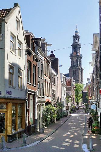 Nederland, Amsterdam, 7-5-2020 De regering laat het normale dagelijks leven weer langzaam opstarten . Door de afwezigheid van toeristen is het ongewoon rustig in de binnenstad van Amsterdam en is de stad te zien zoals die pakweg voor de eeuwwisseling was . Zicht op de Westerkerk vanuit de Jordaan . typisch,amsterdams,iconisch,historische,bebouwing,architectuur . Unlock,beperkende,beperkingen, opheffen,versoepelen,versoepeling , opengooien, massatoerisme,toeristisch, toeristische, toerisme, Foto: Flip Franssen