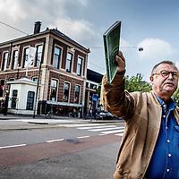 Nederland, Amsterdam, 26 mei 2016.<br /> Literaire wandeling met auteur Ko van Geemert door de Plantagebuurt naar aanleiding van het boek De Plantage.<br /> Op de foto: Artis op de achtergrond.<br /> <br /> <br /> <br /> Foto: Jean-Pierre Jans