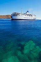 Grece, Cyclades, ile de Serifos, ferry au port de Livadi // Greece, Cyclades Islands, Serifos island, ferry boat at Livadi harbour